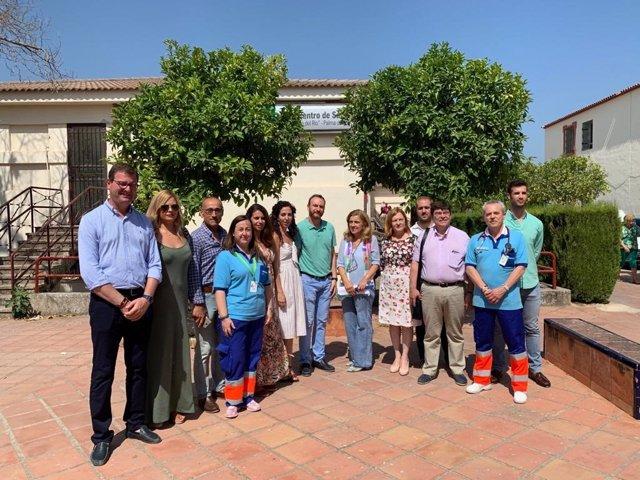 Botella (centro) visita el centro de salud de Palma del Río