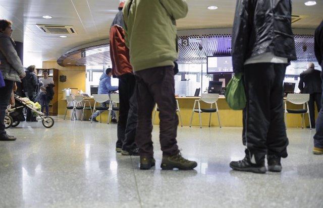 Ciudadanos realitzen tràmits a l'edifici central del Govern