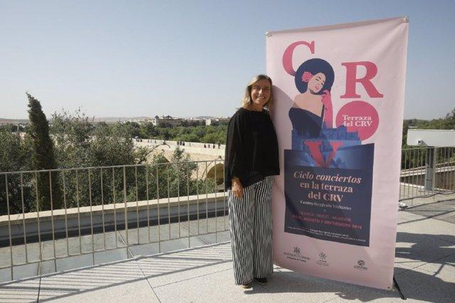La edil Turismo del Ayuntamiento de Córdoba, Isabel Albás, presenta el ciclo de conciertos en la terraza del CRV
