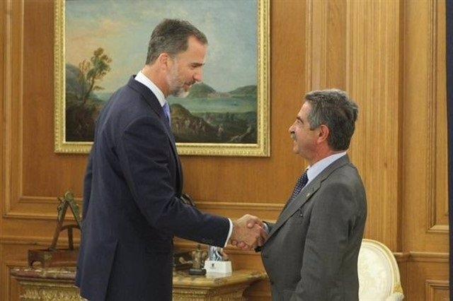 El Rey Felipe VI en la reunión con el presidente de Cantabria, Miguel Ángel Revilla, en julio de 2015