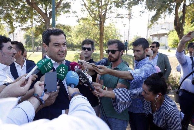 El presidente del PP-A, Juanma Moreno, atiende a los medios en Málaga