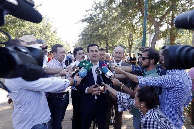 El presidente del PP-A y de la Junta, Juanma Moreno, atiende a los medios en Málaga