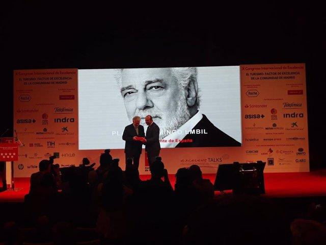 El presidente de la Comunidad en funciones, Pedro Rollán, entrega uno de los premios del Congreso Internacional de Excelencia