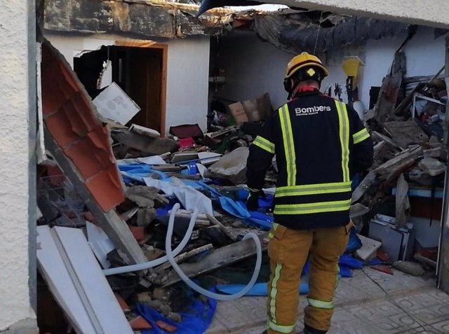 Un bombero trabaja en el derrumbe de Mutxamel.