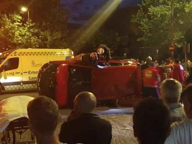 Los bomberos intervienen para ayudar a los heridos atrapados en el vehículo.