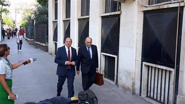 El expresidente de Murcia, Pedro Antonio Sánchez con su abogado