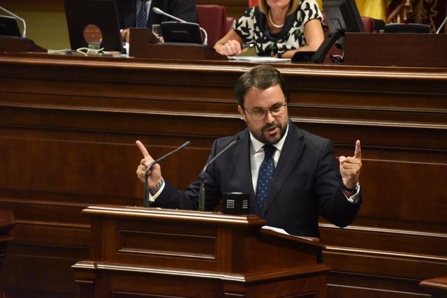 El portavoz del Grupo Parlamentario Popular, Asier Antona, interviene desde la tribuna en el Parlamento de Canarias