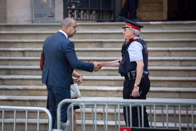 El conseller de Interior de la Generalitat, Miquel Buch, sale sonriente del  del Tribunal Superior de Justicia de Catalunya, tras declarar por desobediencia.