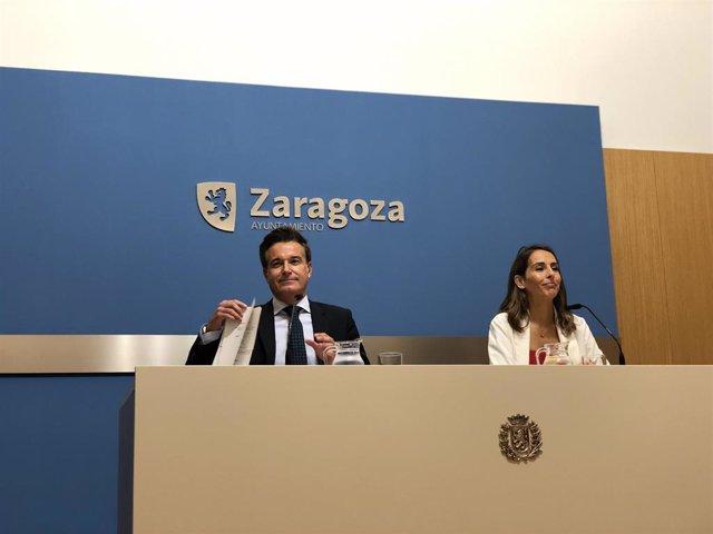 El consejero municipal de Urbanismo, Víctor Serrano, y la portavoz del gobierno municipal, María Navarro, en rueda de prensa este martes en el Ayuntamiento.