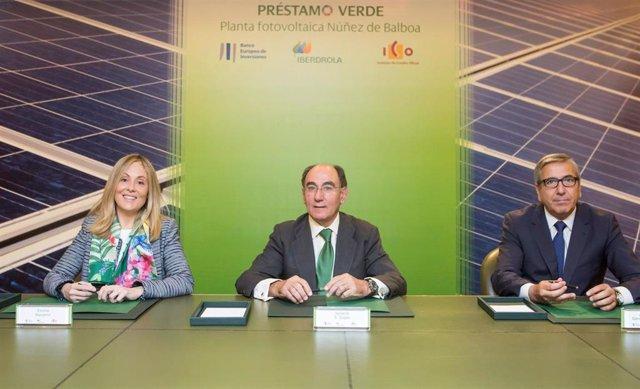 La vicepresidenta del BEI, Emma Navarro, el presidente de Iberdrola, Ignacio Galán, y el presidente del ICO, José Carlos García de Quevedo