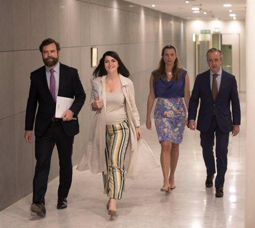 El portavoz parlamentario de Vox, Iván Espinosa de los Monteros, y la secretaria general de grupo parlamentario de Vox, Macarena Olona, en los pasillos del Congreso