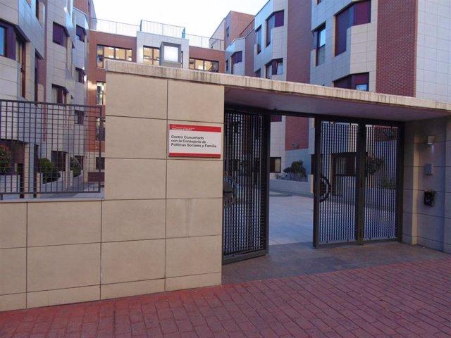 Imagen de la entrada de la residencia 'Los Nogales' situada en el número 12 de Hortaleza.