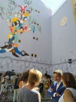 El delegado de Familias, Igualdad y Bienestar Social del Ayuntamiento de Madrid, Pepe Aniorte, junto al mural elaborado por víctimas de violencia de género.