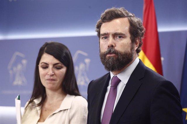 El portavoz de Vox en el Congreso de los Diputados, Iván Espinosa de los Monteros, y la secretaria general del partido, Macarena Olona, ofrecen declaraciones a los medios de comunicación en el Congreso.