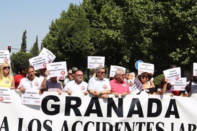 Sindicatos se concentran por el último accidente mortal en el tajo en Granada
