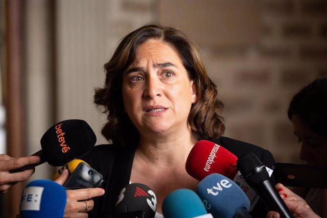 L'alcaldessa de Barcelona, Ada Colau, ofereix declaracions als mitjans de comunicació a l'Ajuntament sobre l'exclusiva periodística entorn a l'imant de Ripoll