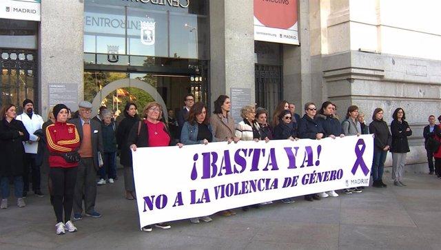 Pancarta en la que se lee ' ¡Basta ya! No a la violencia de género' con miembros del anterior gobierno de Madrid.