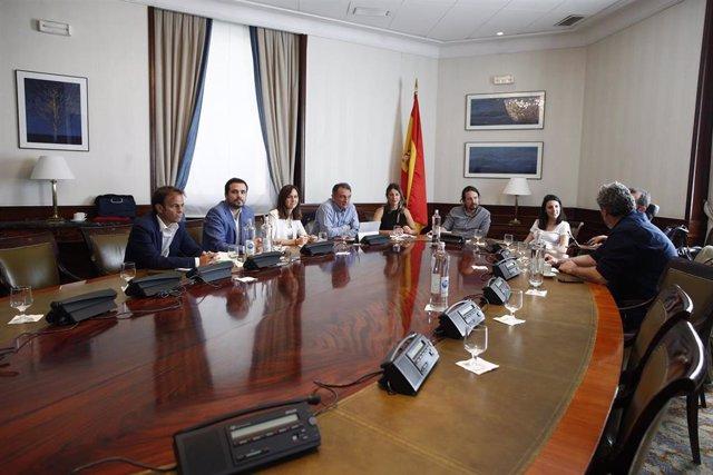 (I-D siguiendo la dirección del reloj) El portavoz parlamentario de En Comú Podem, Jaume Asens; el coordinador general de Izquierda Unida, Alberto Garzón; la diputada electa de Unidas Podemos, Ione Belarra; el secretario general del Partido Comunista de E