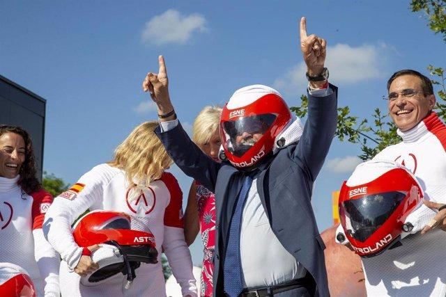 El presidente de Cantabria, Miguel Ángel Revilla, despide a los cinco primeros astrolanders con motivo del proyecto para ensayar la vida humana en Marte