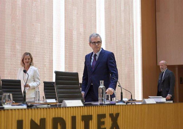 A muller de Amancio Ortega, Flora Pérez, e o presidente de Inditex, Pablo Illa, durante a Xunta Xeral de Accionistas de Inditex 2019 na sede central de Arteixo (A Coruña).