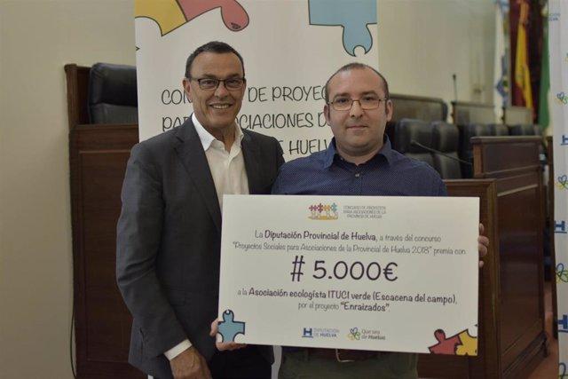 El presidente de la Diputación de Huelva, Ignacio Caraballo, con un representante de la asociación 'Itucci Verde'.