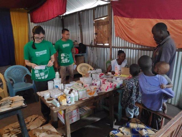 Dos de los voluntarios del Programa interviniendo en el dispensario Mother Teresa Rodon de Mlolongo en Kenia.
