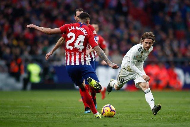Jose Maria Giménez y Luka Modric en un Atletico de Madrid-Real Madrid
