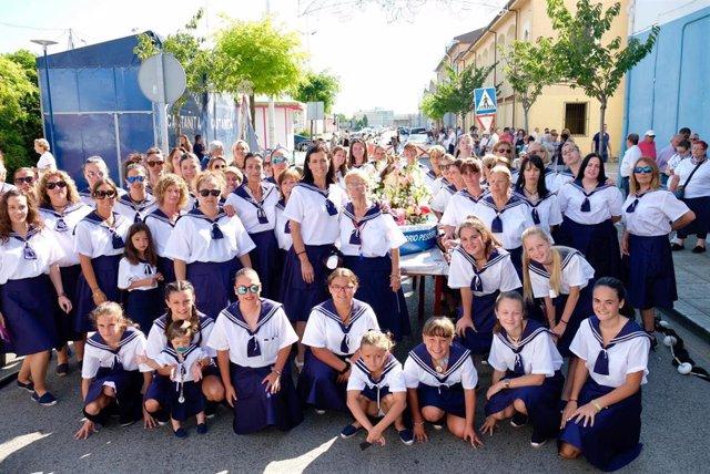 La alcaldesa de Santander, Gema Igual, con las integrantes de la Hermandad de Mujeres Costaleras del Barrio Pesquero durante las fiestas del Carmen