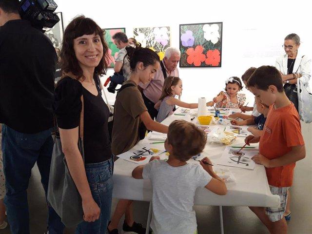 La concejala de Cultura, Carmen Urquía, participa en la presentación del taller 'Las vanguardias son para el Verano' en la sala Amós Salvador