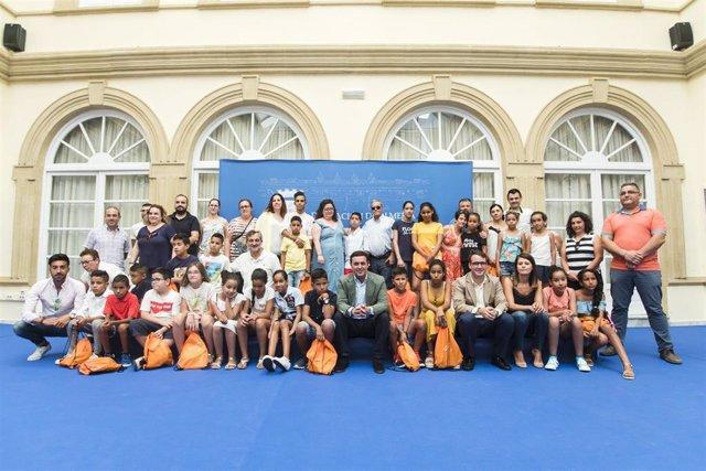 La Diputación de Almería recibe a los participantes del programa 'Vacaciones en paz'