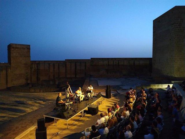 La fortaleza de Alcalá tiene una larga trayectoria como escenario para el teatro y la música. El festival #Noctaíra19 ha colgado el cartel de completo.