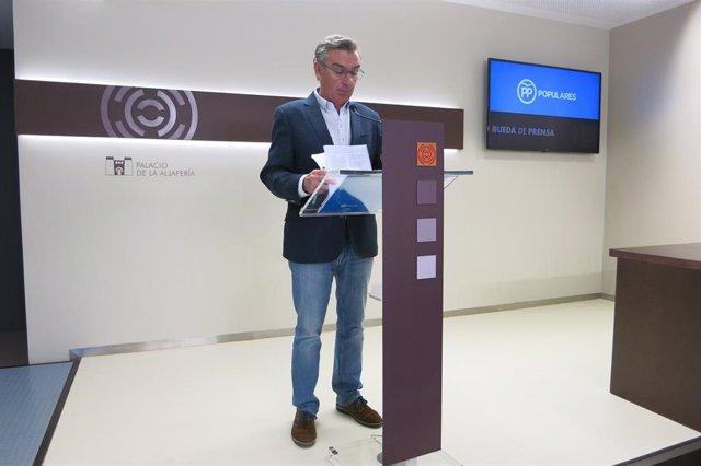 El presidente del grupo parlamentario del PP en las Cortes de Aragón, Luis María Beamonte, este martes en rueda de prensa en el Palacio de la Aljafería.