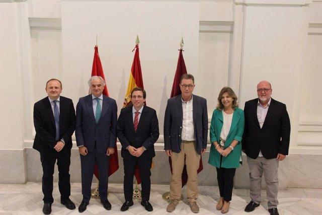 Reunión entre los representantes de sindicatos, CEIM y el alcalde de Madrid, José Luis Martínez-Almeida.