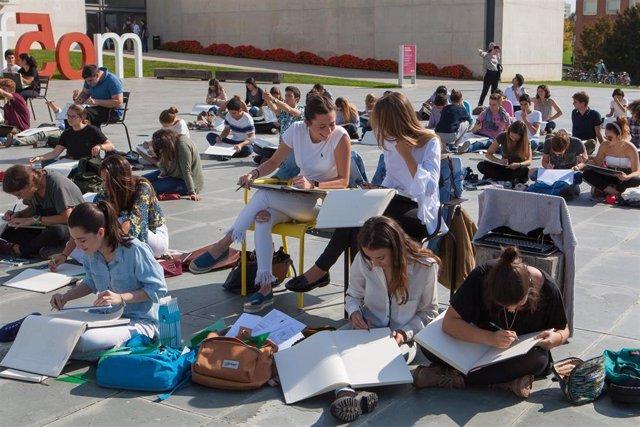 Estudiantes en el campus de Pamplona de la Universidad de Navarra