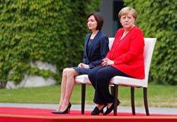 Merkel torna a rebre asseguda un líder internacional pels seus problemes de salut (REUTERS / FABRIZIO BENSCH)