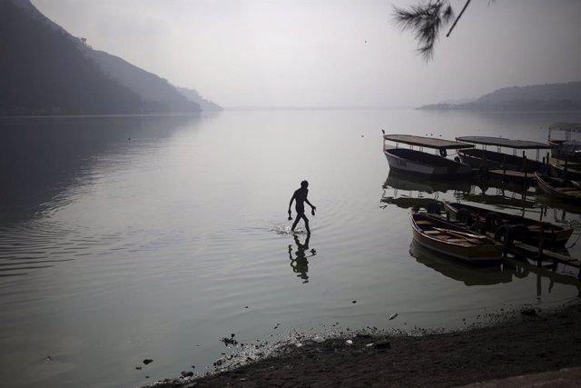 Un hombre anda en el Lago de Atitlán, cerca de Guatemala