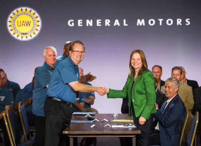 La presidenta y consejera delegada de General Motors, Mary Barra, y el presidente del sindicato de automóviles, Gary Jones