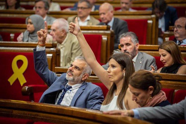 Los diputados de Ciudadanos en el Parlamento de Cataluña, Carlos Carrizosa y Lorena Roldán, en el pleno del Parlament de Catalunya.