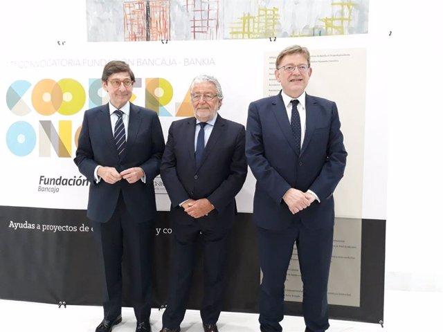 El presidente de Bankia, José Ignacio Goirigolzarri, junto al responsable de la Fundación Bancaja, Rafael Alcón, y el 'president', Ximo Puig