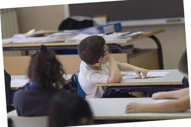 Colegio, escuela, aula, primaria, clase, niño, niña, niños, estudiando, estudiar, escribir, escribiendo, deberes, profesor, profesora, profesores (archivo)