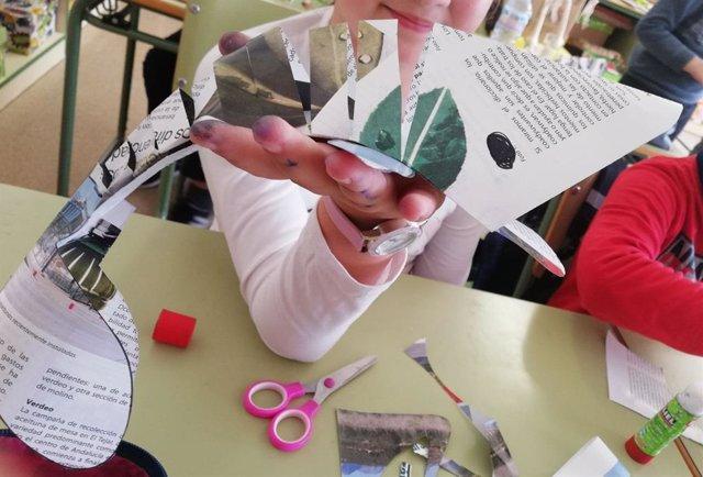 Una participante en el proyecto Recapacicla muestra su proyecto