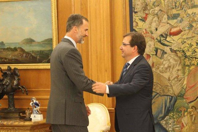 El Rey Felipe VI saluda a Guillermo Fernández Vara, en una imagen de archivo