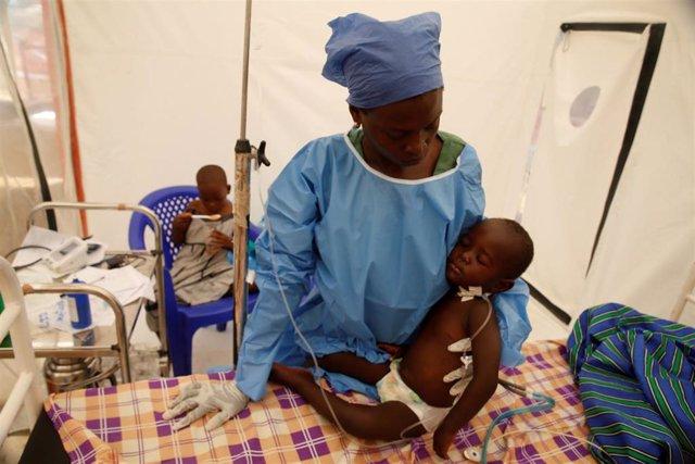Atención a niño enfermo con ébola en RDC