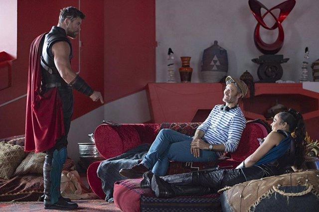 Imagen del rodaje de Thor: Ragnarok con Chris Hemsworth, Taika Waititi y Tessa Thompson