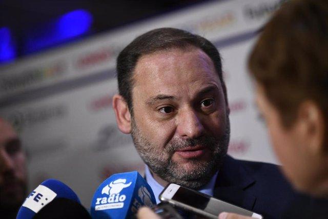 El ministro de Fomento, José Luis Ábalos, ofrece declaraciones a los medios de comunicación a la llegada del foro de debate 'Energyear Mediterránea 2019' en el Hotel Intercontinental de Madrid.