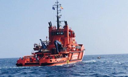 Rescatadas 219 personas y el cadáver de una mujer de tres pateras en aguas próximas a Almería