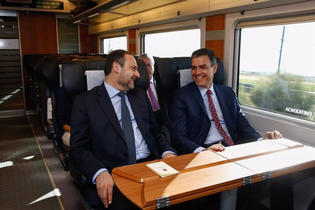 Viaje inaugural del AVE a Granada con el Presidente del Gobierno, Pedro Sanchez (d) y el Ministro del Interior, José Luis Ábalo (i).