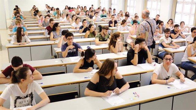 Alumnos antes de realizar la selectividad en la UPO, en una imagen de archivo.