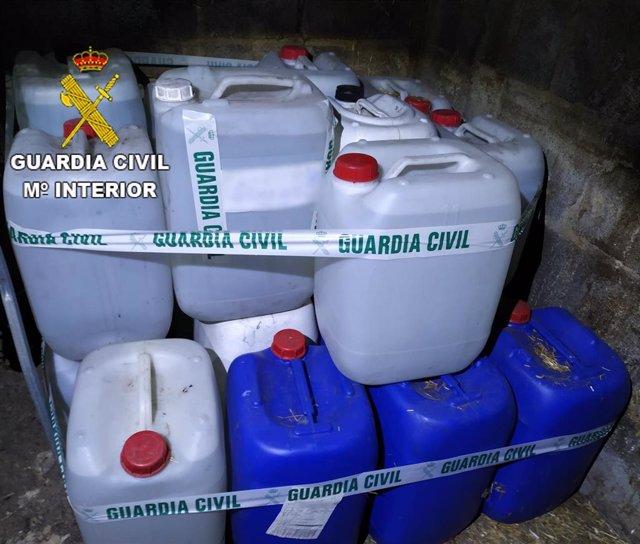 Bidones de aguardiente ilegal encontradas en Cacabelos.