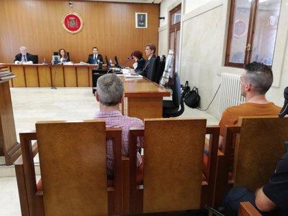 Aplazado el juicio a un padre y a su hijo por intentar matar a un policía, tras renunciar el padre a su abogado